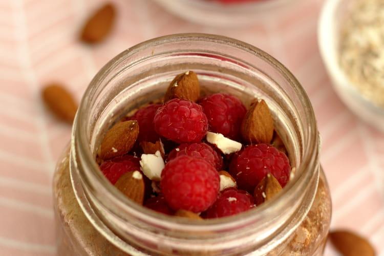 Porridge sans cuisson, cacao, framboises et amandes