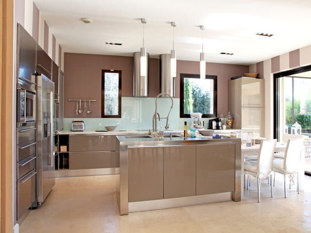 Une cuisine ouverte beige