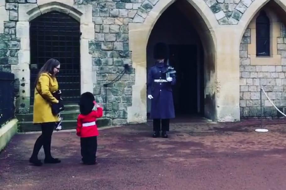 [VIDEO] Un petit garçon attendrit un soldat de la Garde royale britannique