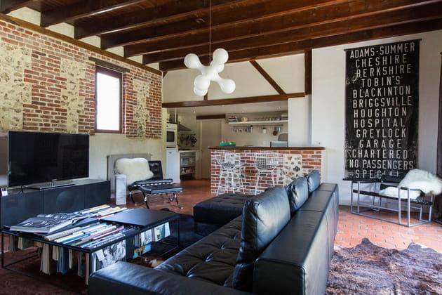 Salon cuir et briques
