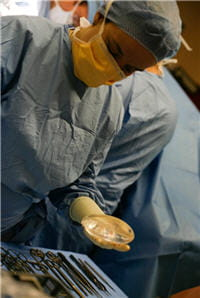 la reconstruction mammaire exige souvent deux à trois interventions, étalées sur