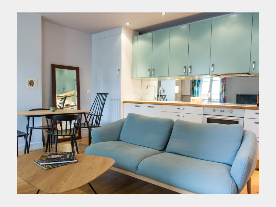 une cuisine ouverte bleu clair 40 cuisines ouvertes pratiques et esth tiques journal des femmes. Black Bedroom Furniture Sets. Home Design Ideas