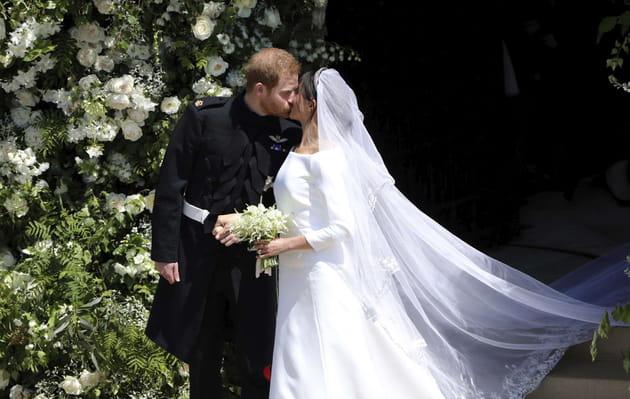 Le baiser des mariés, au sortir de la chapelle