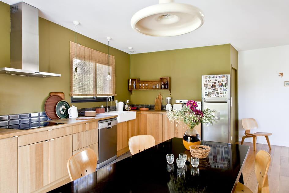 De l'inox par touches dans cette cuisine boisée
