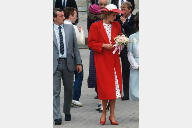 Lady Di en manteau rouge long