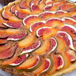 tarte à la crème de noisette, figues et prunes