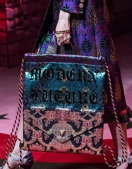 Le sac patchwork à message du défilé Gucci