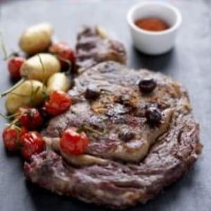 entrecôte de bœuf de chalosse cloutée, olives et anchois