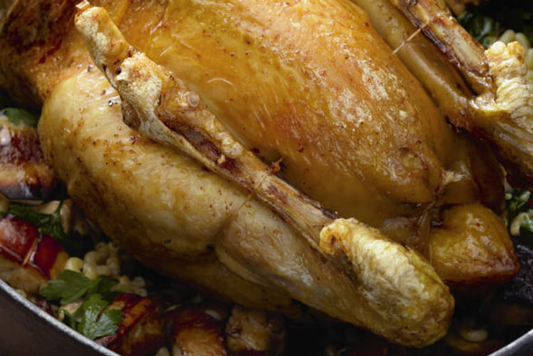 Poulet des Landes fourré de coquillettes au foie gras et rôti au four, jus gras