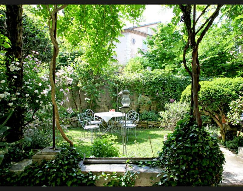 Un salon de jardin bucolique