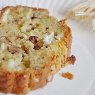 cake au fromage de chèvre, noix et oignons caramélisés