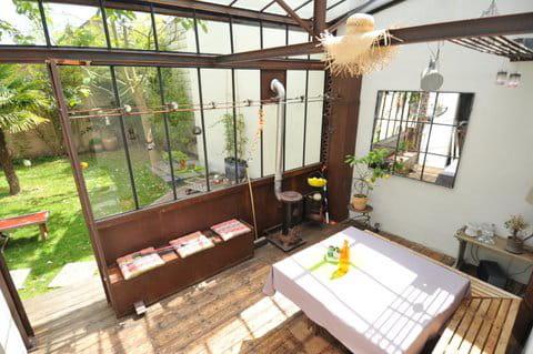 un jardin d 39 hiver spatieux. Black Bedroom Furniture Sets. Home Design Ideas