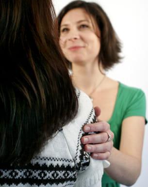 toucher délicatement l'épaule de son interlocuteur le met en confiance.