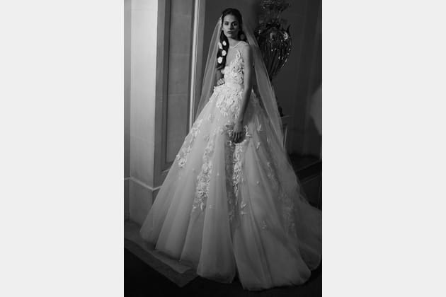 Une robe de mariée parsemée de fleurs