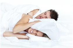 les apnées du sommeil sont plus fréquentes chez les personnes qui ronflent.