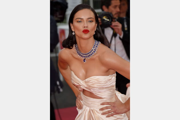 Adriana Lima vous embrasse