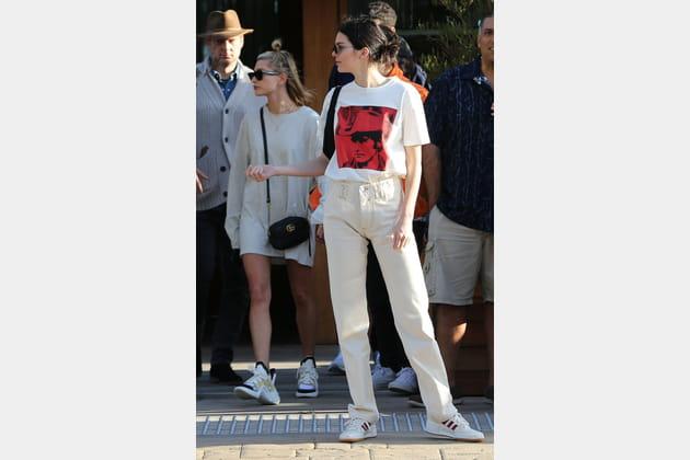 Kendall Jenner en jean couleur crème