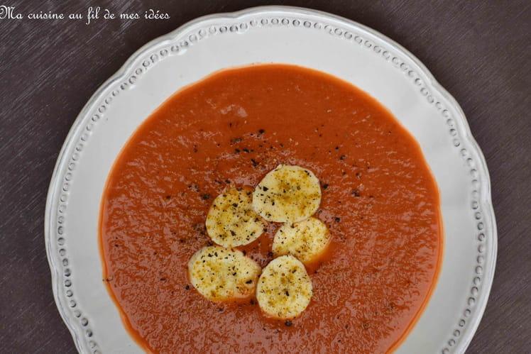 Potage aux tomates et à la banane, curry et baies de Timur