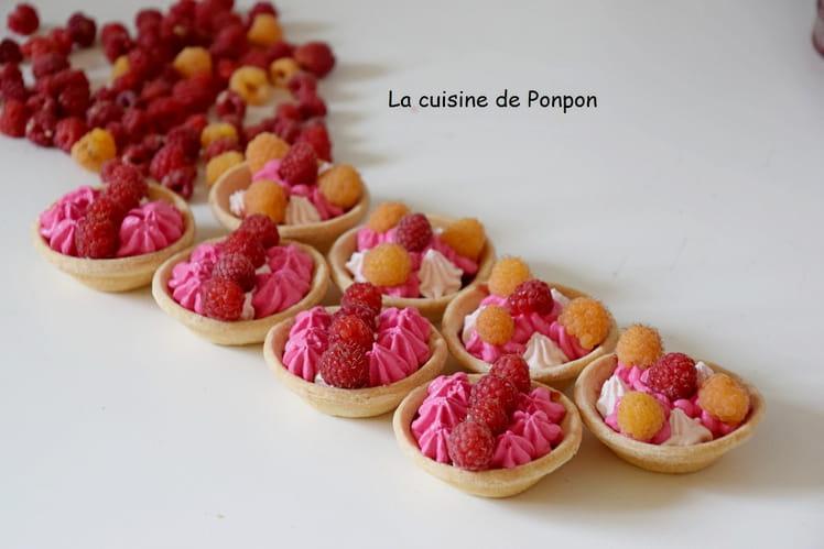 Mini tartelettes garnies de chantilly et confiture de framboises