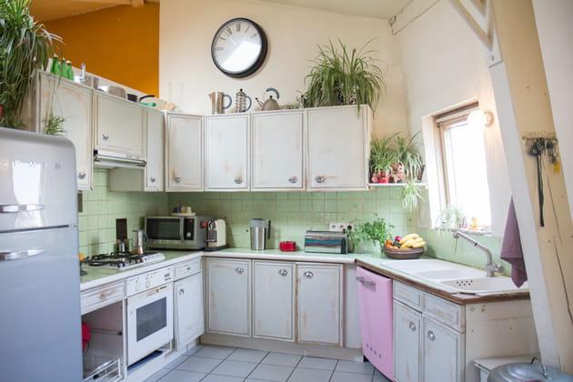 Une cuisine vert d'eau