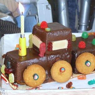 un train en gâteau chocolaté