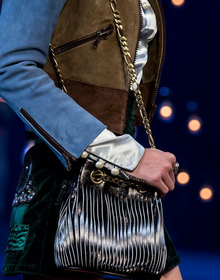 Le sac en cuir argenté lacéré du défilé Marc Jacobs