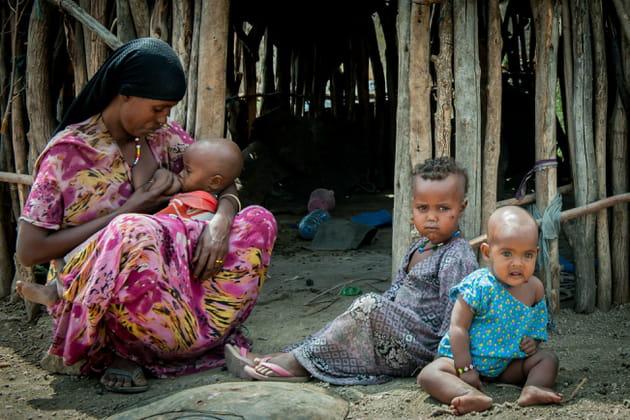 Une famille attend de la nourriture