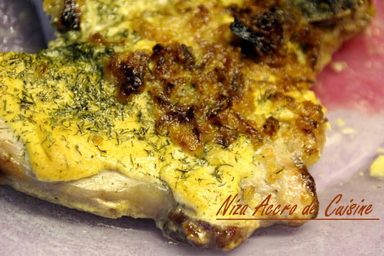 Côtelettes grillées à la moutarde, aneth et oignons frits