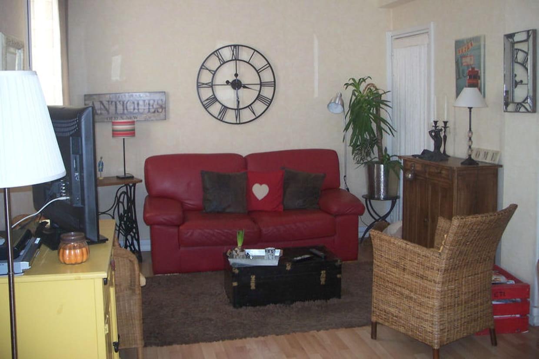 un salon aux couleurs chaudes. Black Bedroom Furniture Sets. Home Design Ideas