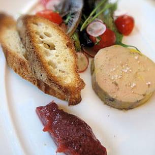 la tranche de foie gras mi-cuit est servie avec un chutney à la rhubarbe.