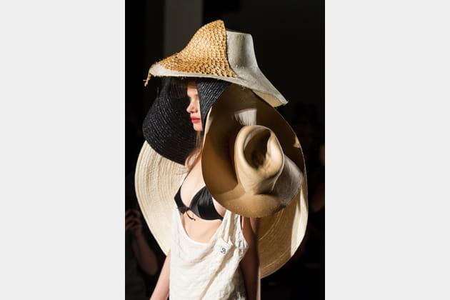Le chapeau multi-chapeaux du défilé Vivienne Westwood
