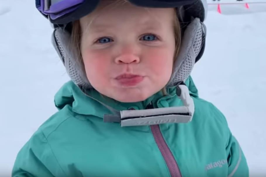 A un an, elle descend les pistes en snowboard comme une pro!