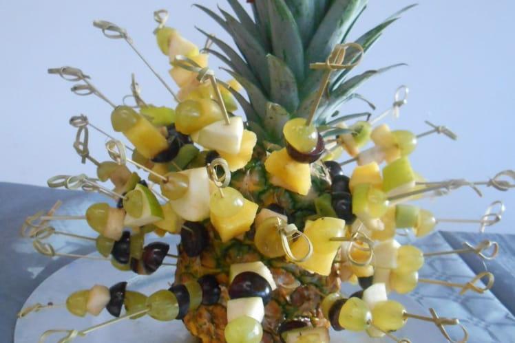 Brochettes de fruits sur ananas