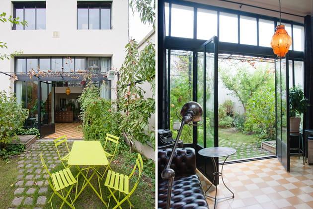 Une baie vitrée qui ouvre la maison sur le jardin