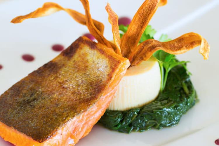 Truite à l'unilatéral, fondue de pousses d'épinards et purée de panais, beurre rouge