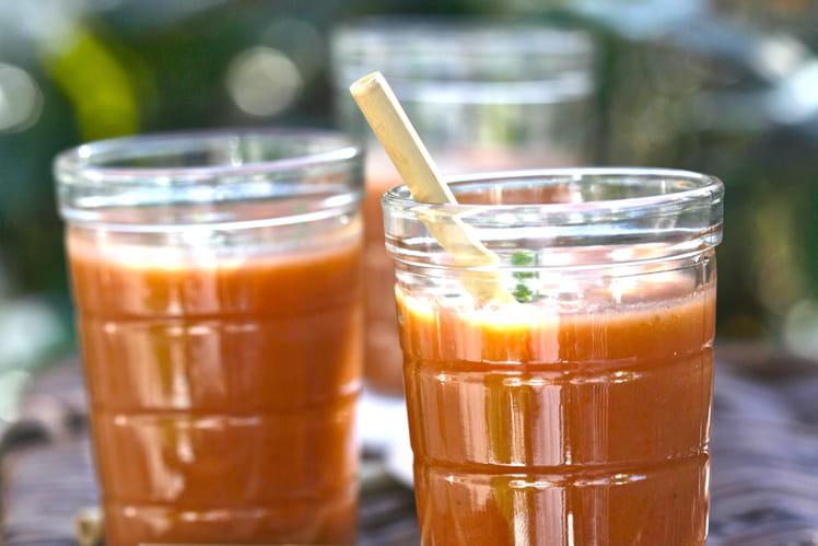 Gaspacho sucré aux fruits d'été et à la tomate