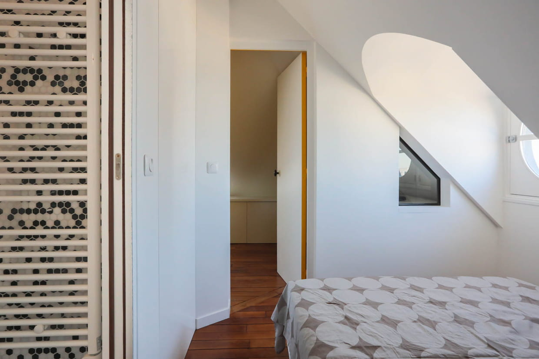 Une chambre-cabine toute blanche