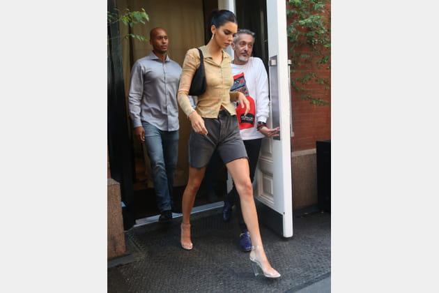 Kendall Jenner en chemise nude et escarpins PVC