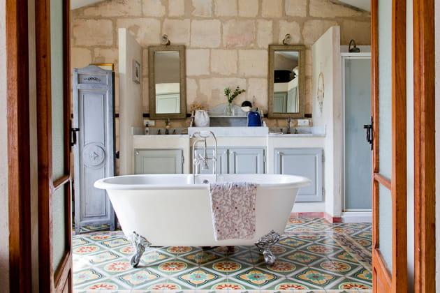 Salle de bains aux accents anciens