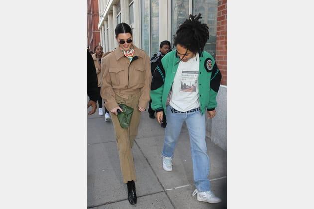 Kendall Jenner en veste feutrée et pantalon velours couleur camel