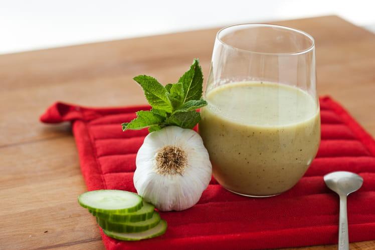 Soupe froide de concombre et menthe accompagnée de lasagnes aux courgettes et à la feta