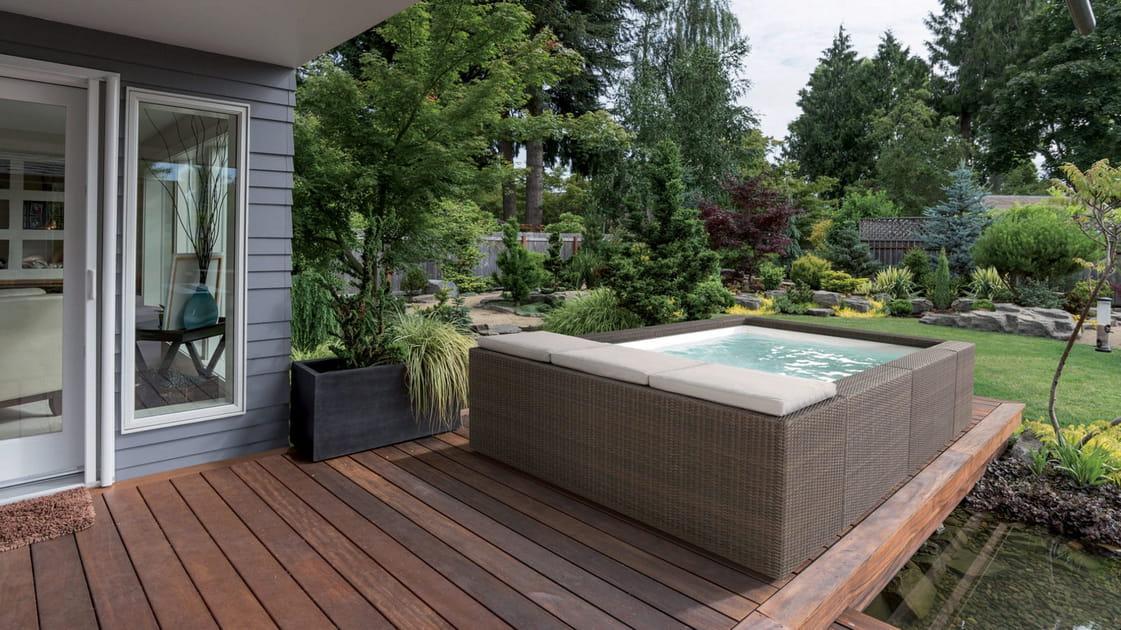 Une piscine carrée hors sol