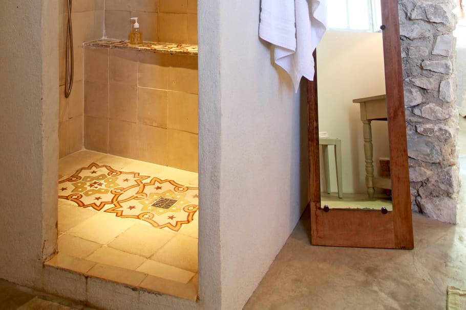 Bac à douche : posé ou encastré ?