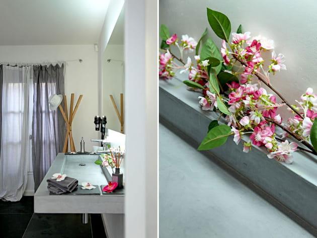 Une vasque et des fleurs