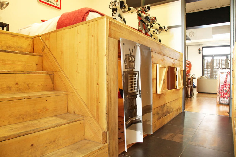 une cabane cach e. Black Bedroom Furniture Sets. Home Design Ideas
