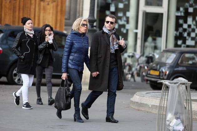 Main dans la main dans les rues de Paris