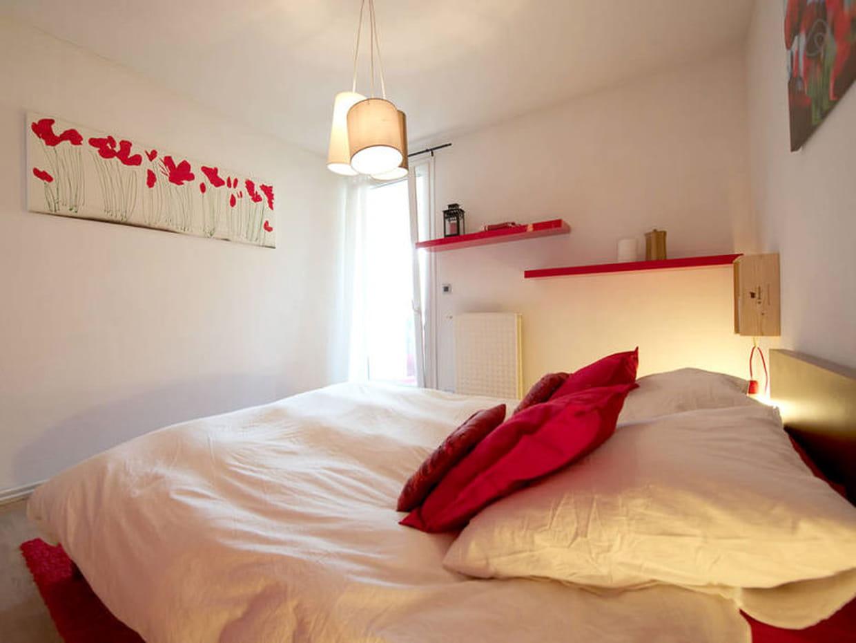 duo rouge et blanc dans la chambre. Black Bedroom Furniture Sets. Home Design Ideas