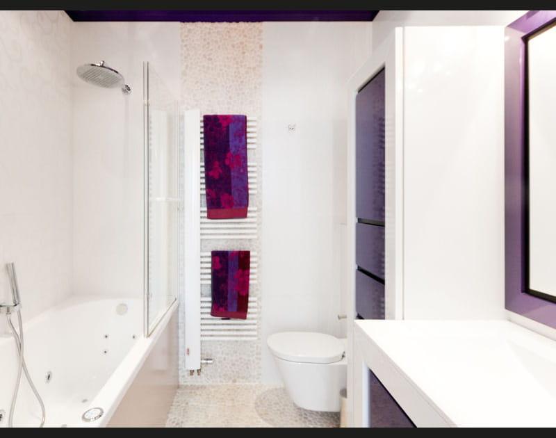 Salle de bains moderne en blanc et violet