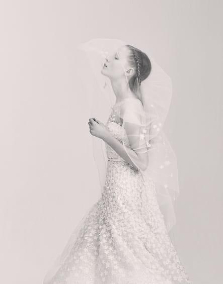 Une robe de mariée fleurie