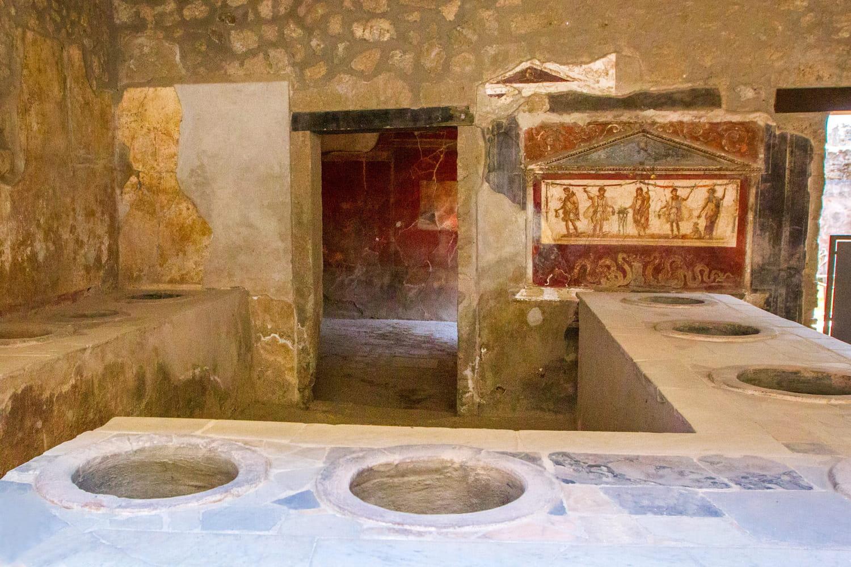 """Les vestiges du """"fast-food"""" antique de Pompéi ouvrent au public"""